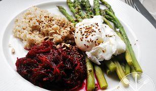 Wiosenne smaki. Jajko w koszulce i gotowane szparagi