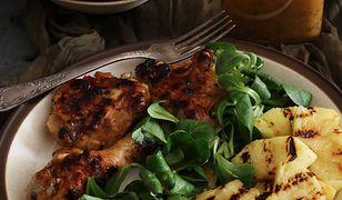 Kurczak z grilla marynowany w sosie vinaigrette, z grillowanym ananasem i sałatą