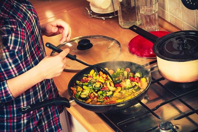 Duszenie polega na krótkim obsmażeniu potrawy, a następnie gotowaniu jej w niewielkiej ilości wody pod przykryciem lub długotrwałym gotowaniu w niewielkiej ilości wody i tłuszczu z pominięciem etapu obsmażenia