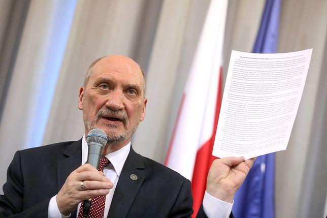 Antoni Macierewicz prezentuje raport techniczny podkomisji badającej katastrofę smoleńską