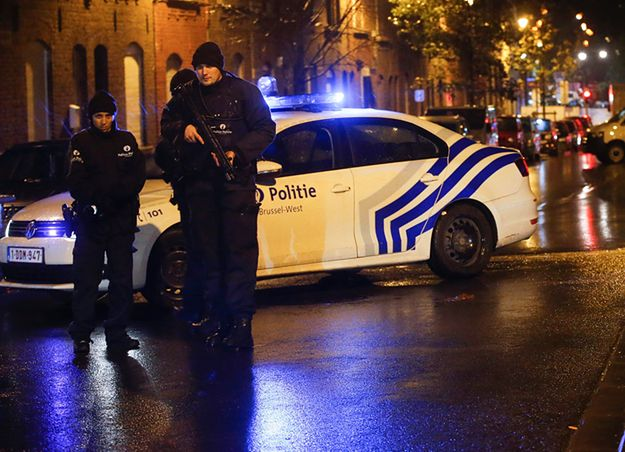 Policja na ulicach dzielnicy Molenbeek w Brukseli.