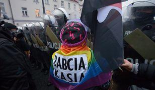 """Warszawa. """"Babcia Kasia"""" uderzyła policjanta flagą. Jest kolejny akt oskarżenia"""