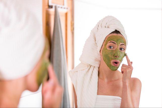 Domowa maseczka to szybki i łatwy w przygotowaniu kosmetyk, który zregeneruje i nawilży skórę twarzy.