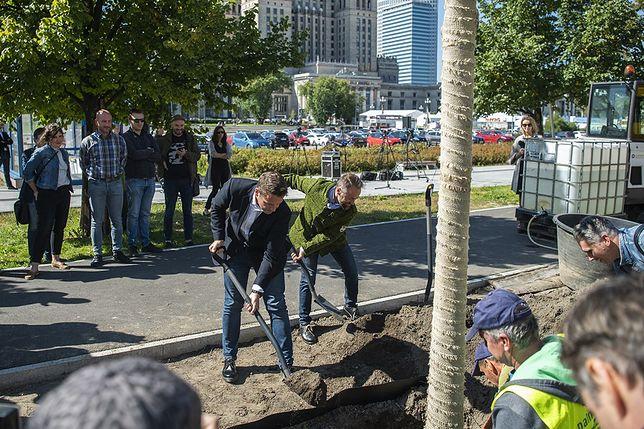Warszawa. Pierwsze drzewa posadzili prezydent Warszawy Rafał Trzaskowski i wiceprezydent Michał Olszewski