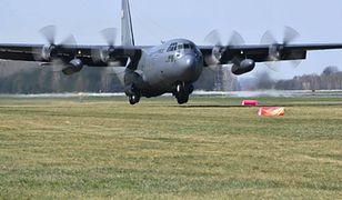 Samolot C-130E Hercules po raz pierwszy na trawie w Powidzu