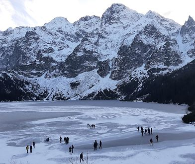 Morskie Oko w Tatrach. W ubiegły weekend turyści pomimo ostrzeżeń wchodzili na zamarzniętą taflę jeziora