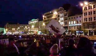 """Strajk nauczycieli 2019. Wiec w Poznaniu na pl. Wolności. O 20 zapalono """"Łańcuch światła z wykrzyknikiem"""""""