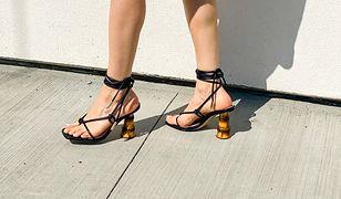 Latem każdy chce mieć piękne stopy. Specjaliści jednak ostrzegają przed popularnym produktem, który złuszcza skórę