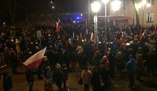 Krzyki i przepychanki. Gorąca noc pod Sejmem