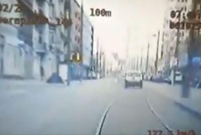 Poznań. Pędził 140 km/h i odgryzł policjantowi kawałek palca. Pirat drogowy usłyszał zarzuty