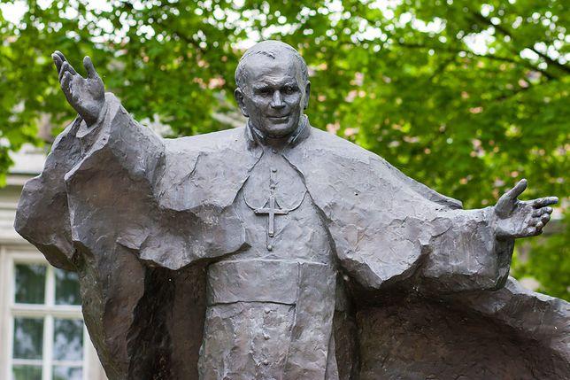 Pomnik Papieża Jana Pawła II na poznańskim Ostrowie Tumskim, w pobliżu siedziby archidiecezji