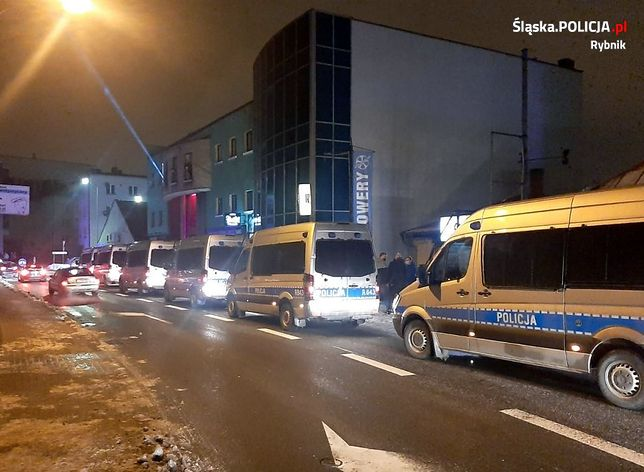 Rybnik. Mocna policyjna ekipa stawiła się na interwencję w jednym z lokali w mieście.