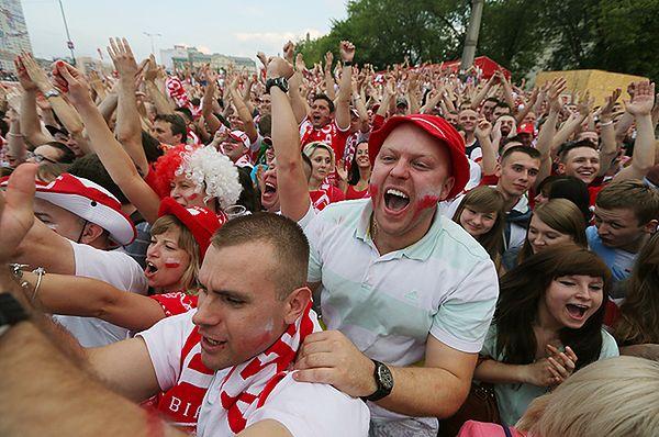 Polscy kibice w Strefie Kibica w Warszawie