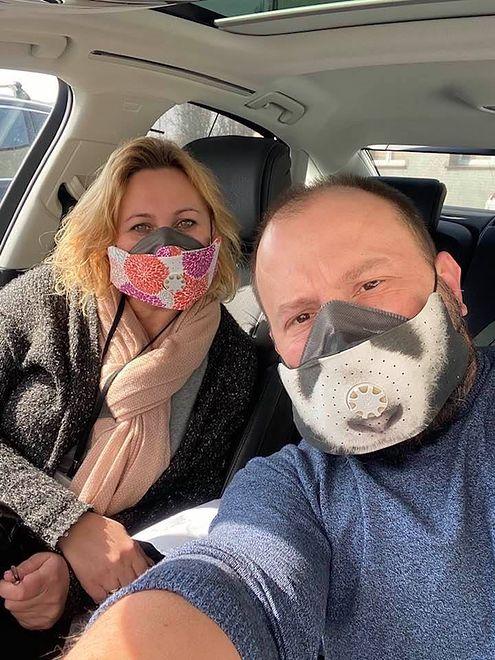 Lekarz Łukasz Goździewicz ze swoją żoną Ewą. Mimo wysokiej gorączki i zakażenia koronawirusem przez tydzień był przy swoich 80. pacjentach.