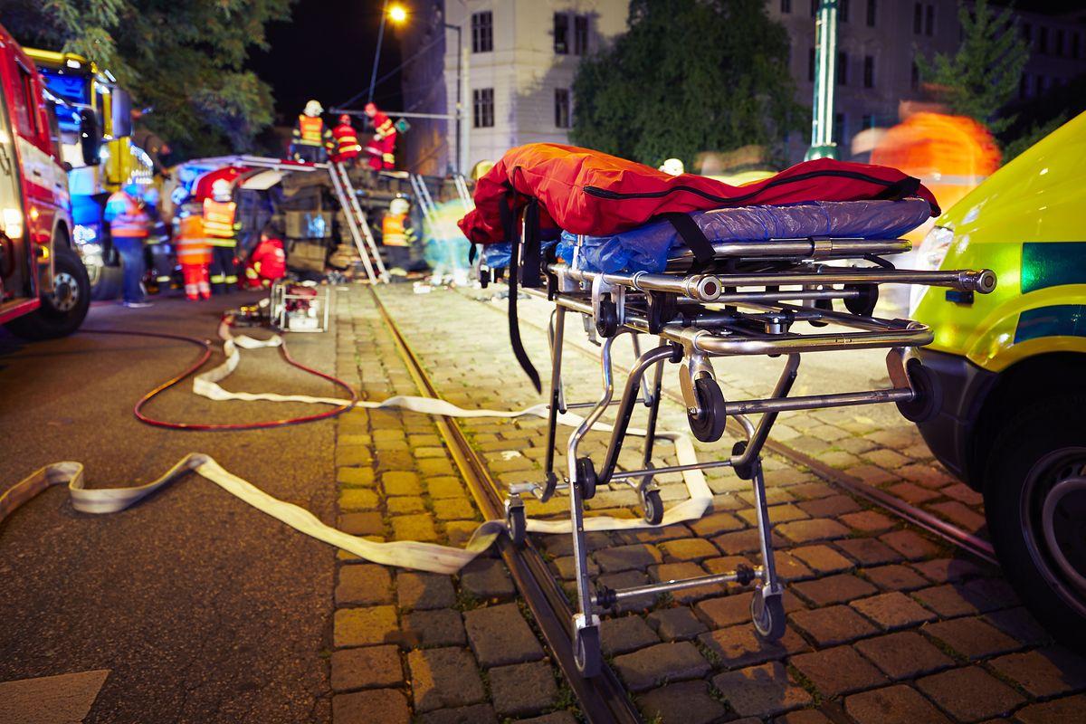 Świdnica. Pacjent wypadł z karetki i zginął pod kołami busa. Lekarz i pielęgniarka z zarzutami
