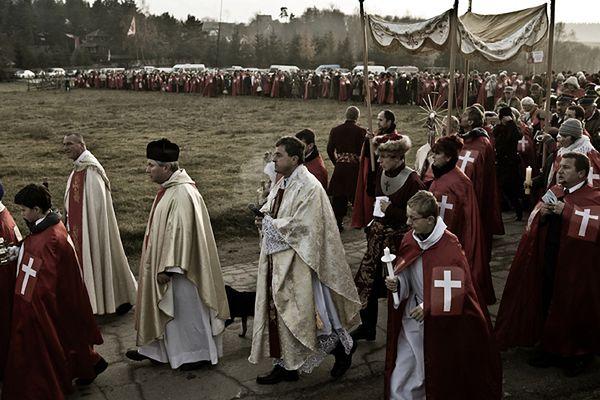 Ks. Piotr Natanek podczas nabożeństwa w swojej Pustelni Niepokalanów