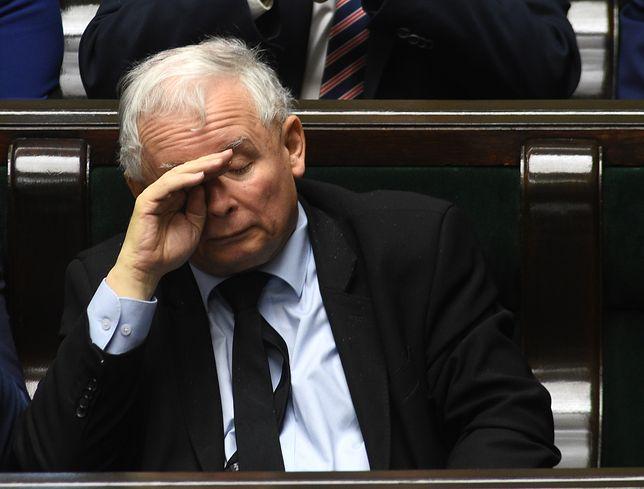 Jarosław Kaczyński jest chory. Prezesowi PiS bardzo dokucza kolano, musi chodzić o kulach