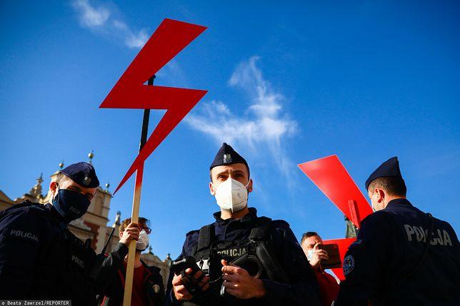 Łódź. Zakazał uczniom używania błyskawicy Strajku Kobiet. Jest decyzja ws. dyrektora liceum