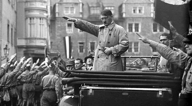 Adolf Hitler przed maszerującymi nazistami, październik 1930 r.