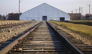 Oświęcim. Przygotowania do 75. rocznicy wyzwolenia obozu koncentracyjnego Auschwitz-Birkenau, namiot ustawiony nad Bramą Śmierci byłego obozu, 21 stycznia 2020 r.