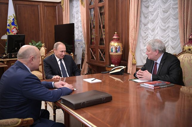 Prezydent Rosji Władimir Putin podczas spotkania z byłym szefem RISI Leonidem Reszetnikowem (po prawej) i obecnym dyrektorem ośrodka Michaiłem Fradkowem (po lewej)