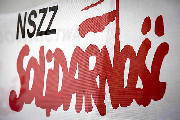 Protest pracowników samorządowych przed UM w Katowicach