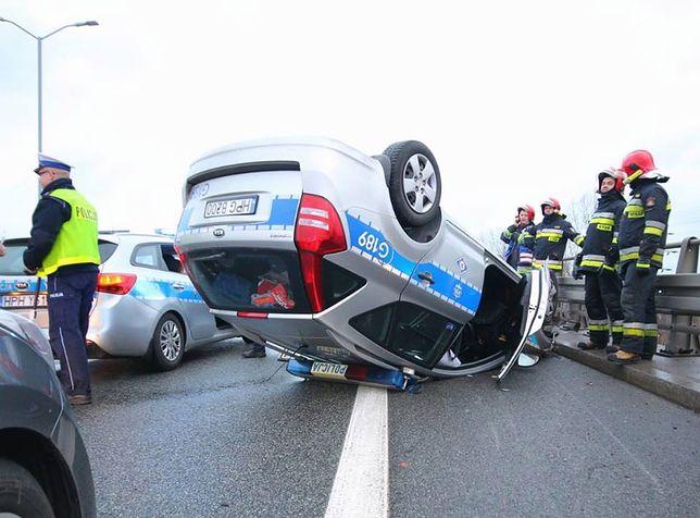 Wypadek kolumny VIP w Katowicach. Dachował radiowóz, ranny policjant