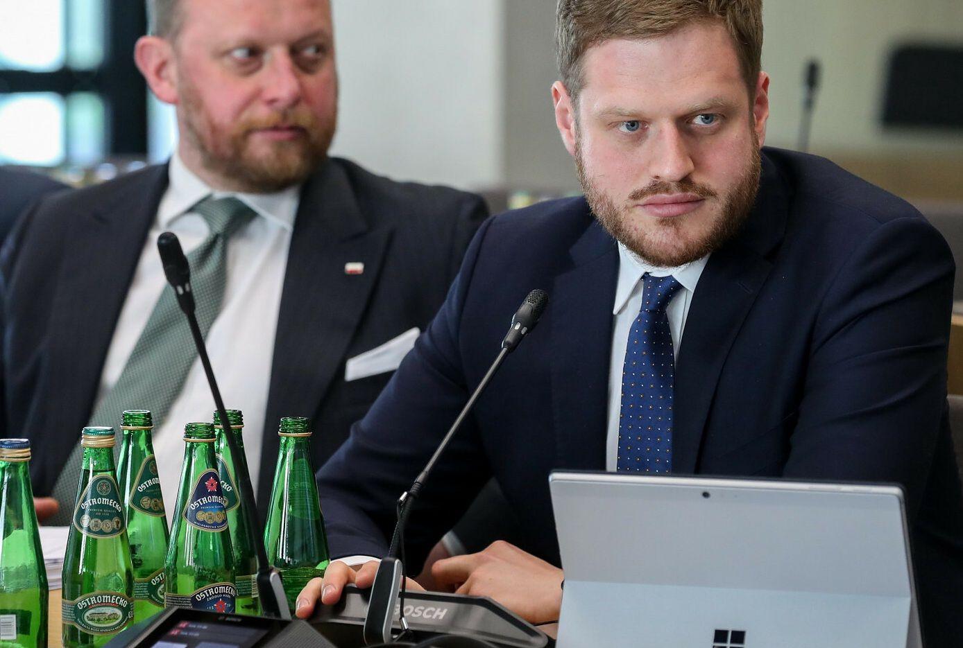 Były minister zdrowia Łukasz Szumowski i wiceminister zdrowia Janusz Cieszyński. Od jesieni 2020 roku żadnego nie było w rządzie