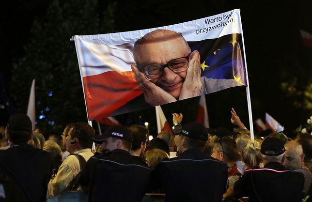 """""""Warto być przyzwoitym"""" - mówił Bartoszewski, a stwierdzenie stało się jednym z haseł przeciwników działań PiS"""