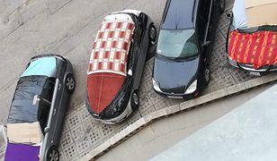 Tak niektórzy kierowcy zabezpieczają swoje samochody przed gradem. Pomysł słuszny, ale warto też mieć ubezpieczenie