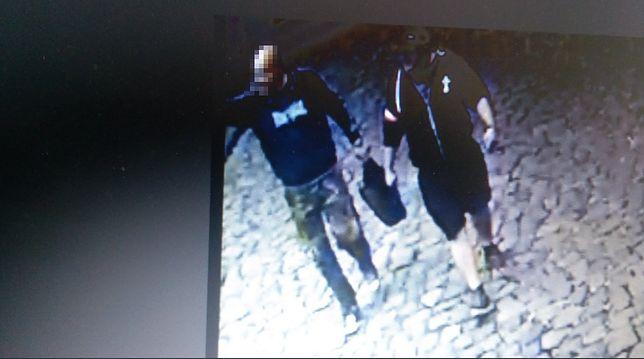 Rzucili kamieniem w okno w Tuska. Na Twitterze są ich zdjęcia
