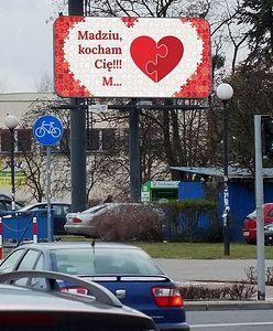 """""""Madziu, kocham Cię!"""". Tajemniczy M. wyznaje miłość na billboardzie"""