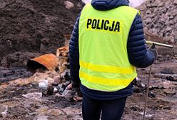 Nielegalne składowisko pod Wołominem. 56 beczek, 1000 pojemników i leki