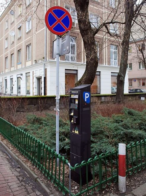 """Drogowy absurd przy Gałczyńskiego. """"Kierowcy płacą za postój i dostają mandaty"""""""