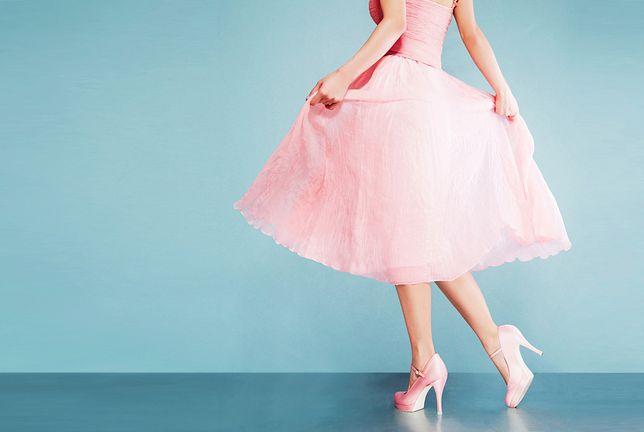 Pudroworóżowe ubrania są bardzo kobiece