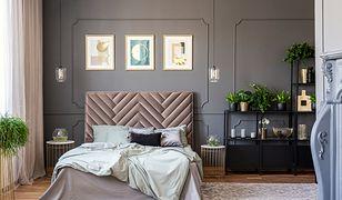 Również sypialnię w stylu glamour możemy udekorować obrazami