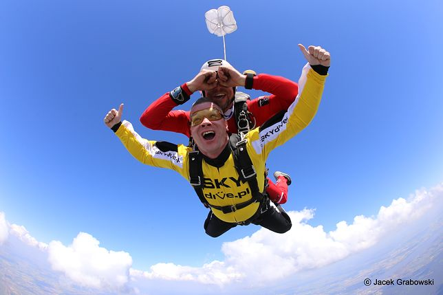 Skoki spadochronowe w tandemie. Jak skacze się z instruktorem?