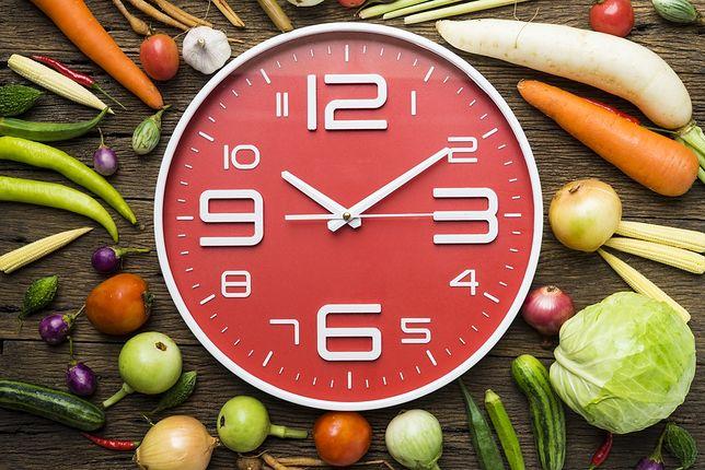 Dieta 8-godzinna polega na spożywaniu dowolnych produktów w określonych ramach czasowych.