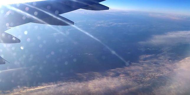"""""""On leci na nas"""". Pasażer uchwycił bliski przelot samolotów nad Smoleńskiem"""