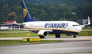 Samolot linii Ryanair na płycie lotniska w Krakowie