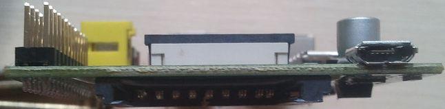 Po przeciwnej stronie znajdziemy port micro USB (służący tylko do zasilania urządzenia) oraz slot na kartę SD