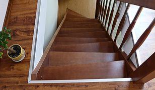 Jakie schody do małego salonu?