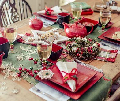 Zamiast zwykłych białych talerzy na Święta wybierz modne obecnie złote lub czarne, a dekoracja stołu od razu nabierze rumieńców!