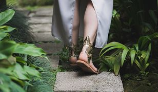 Złote sandały świetnie komponują się z białą sukienką maxi
