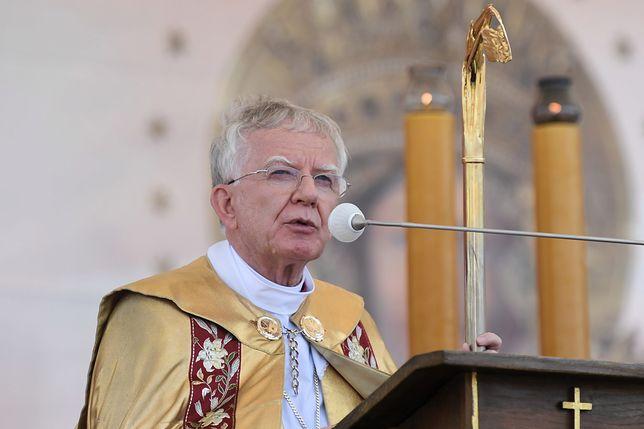 """""""Kościół wpisuje się w PiS"""". Arcybiskup Marek Jędraszewski odpowiada na te zarzuty"""