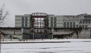 Warszawa. Dziwny budynek przyciągał eksploratorów i fotografów. Rzucał się w oczy podróżnym, jadącym trasą Armii Krajowej. Teraz jest szansa, że tu zajdzie znacząca zmiana krajobrazu