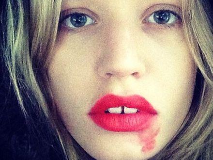 Rozmazana szminka symbolem kampanii badań cytologicznych