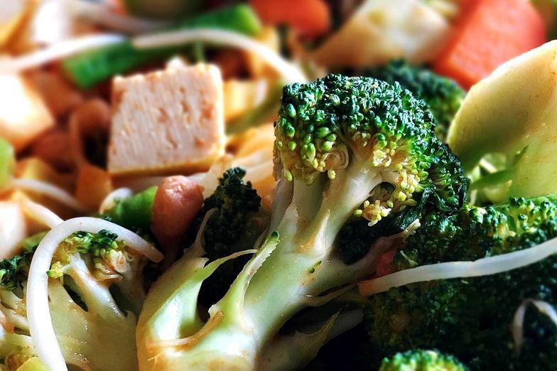 Ekspresowa sałatka z brokułów. Wystarczą 3 składniki