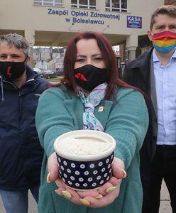 Bolesławiec. Przywitali Morawieckiego miską ryżu. Aktywiści usłyszeli zarzuty