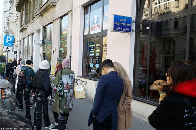 Właściciele sklepów narzekali, że w godzinach dla seniorów w sklepach było niekiedy zupełnie pusto, a zaraz po 12 robiły się duże kolejki